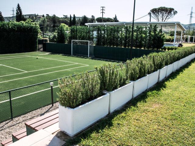 campo da tennis di dimensioni regolamentari