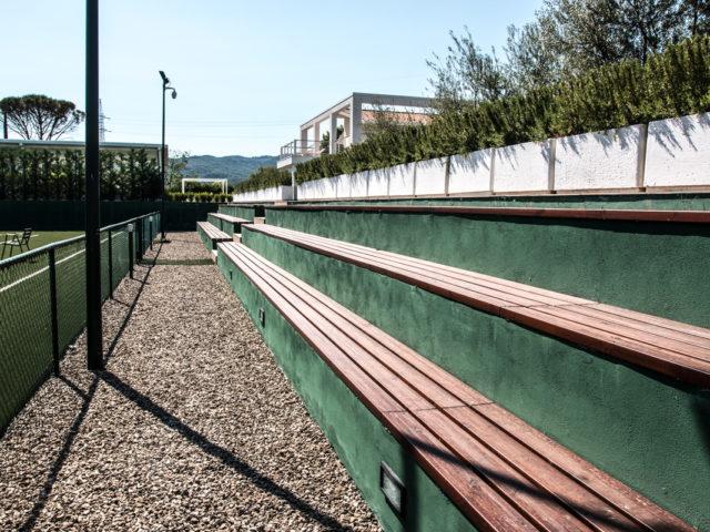 campo da tennis regolamentare con spalti
