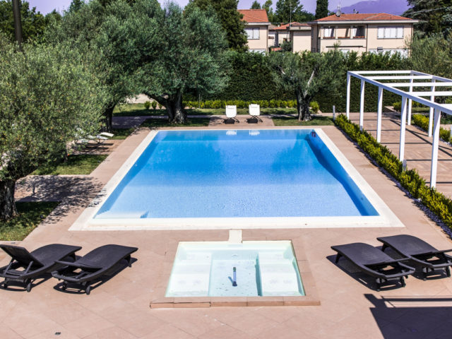 piscina iconic resort in toscana